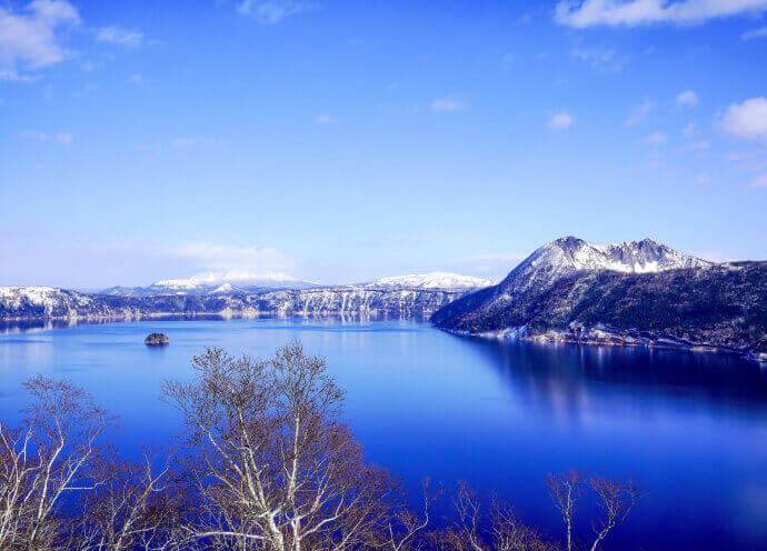 冬の摩周湖 神秘の湖として知られる摩周湖。冬は年により稀に凍ることも。湖を囲う木々が白くなる「霧氷」は必見。