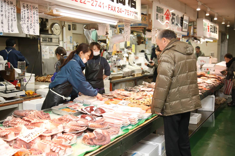 和商市場 ー 道東の海の幸と勝手丼が人気の市場 釧路駅そば