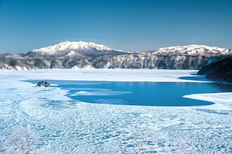 冬の摩周湖と、摩周湖の霧氷