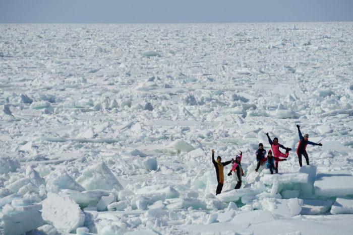 【網走発着】大人気の流氷ウォークin知床!バス&ウトロ宿泊&流氷体験セットプラン(1泊2日)